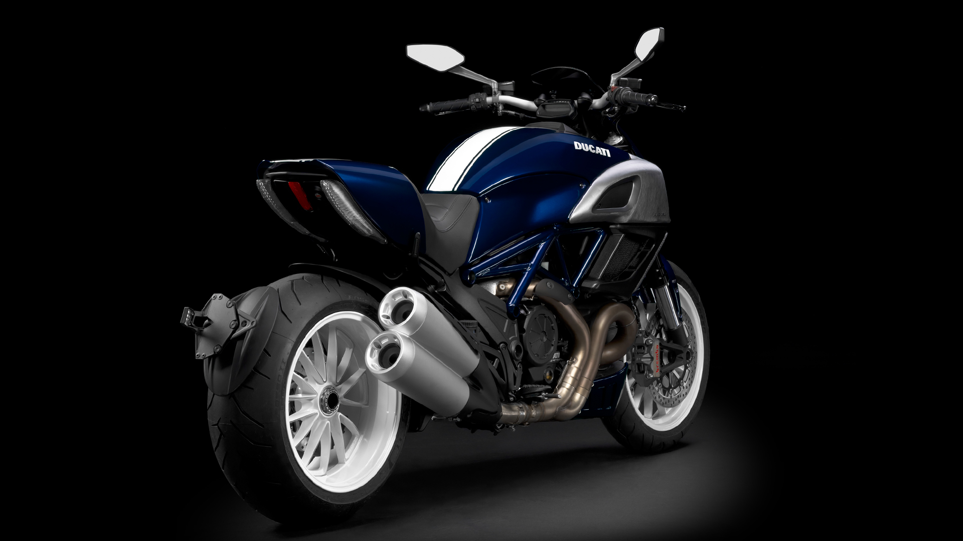 Click image for larger version  Name:Diavel_2013_Studio_BW_D01_1920x1080.mediagallery_output_image_[1920x1080].png Views:23 Size:968.0 KB ID:14423